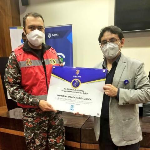 Cristian Cuesta, subcomandante de la Guardia Ciudadana, recibe placa de reconocimiento